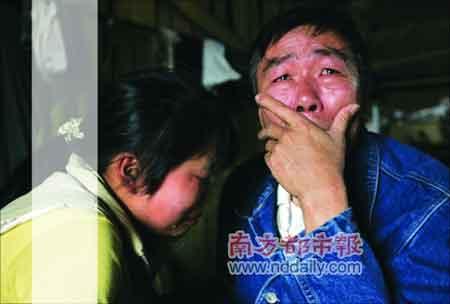 听到上高一的吴雪梅辍学,坤叔到雪梅家了解情况,交谈间两人都流下眼泪。