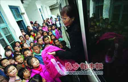 坤叔助学团为凤凰地区的小学生赠送衣服。