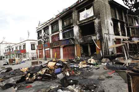 暴徒们疯狂打砸抢烧后的街面混乱不堪。图为八廓街里被烧毁的楼房无言地控诉着丧心病狂的暴徒的罪行。西藏日报记者