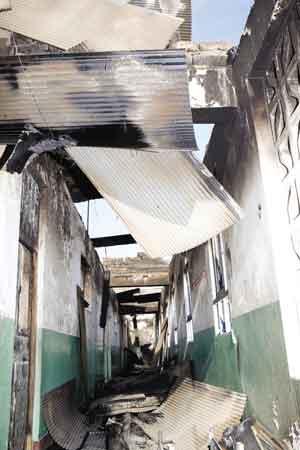 3月14日,拉萨市被狰狞的黑影团团裹胁,朴实善良的各族群众及公共设施遭到暴徒们的打砸抢烧。图为被暴徒烧毁的教学楼。西藏日报记者 摄
