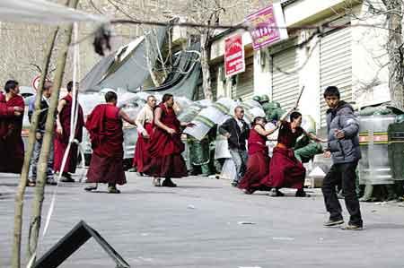 """在""""3·14""""暴力事件中,一小撮由达赖分裂集团精心培植的不法僧侣,挑头滋事,气焰嚣张,穷凶极恶。图为不法僧侣正在谩骂、殴打、攻击我值勤公安、武警人员。西藏日报记者"""