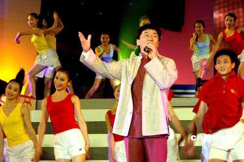 二月二十一日晚,国际巨星成龙在福建厦门放歌祝福全球华人元宵快乐