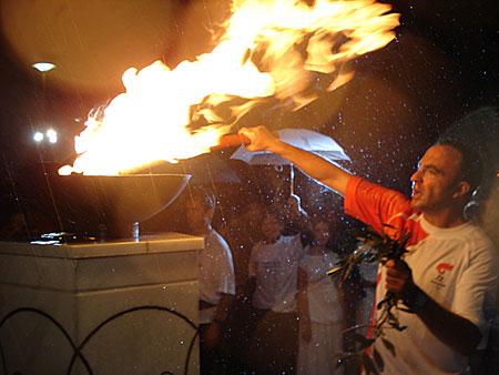 火炬手冒雨点燃圣火