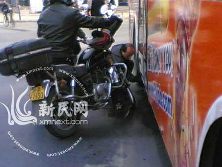 公交车油箱漏油 新民网记者 潘佳摄