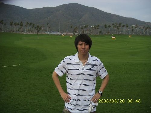 李铁在高尔夫球场留影