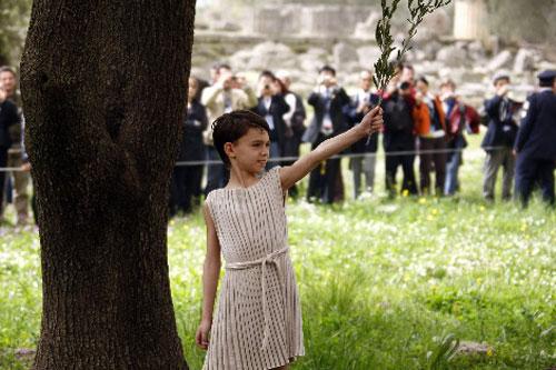 男童在仪式上举起橄榄枝