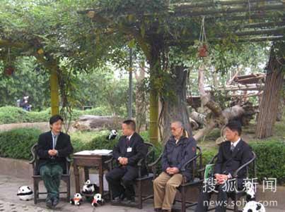 崔永元与嘉宾成都熊猫基地主任张志和、日本熊猫粉丝田中光常、日本和歌山白浜野生动物园饲育部部长今津孝二