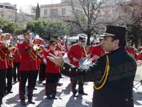 图文:希腊圣火传递首日 欢迎仪式现场表演