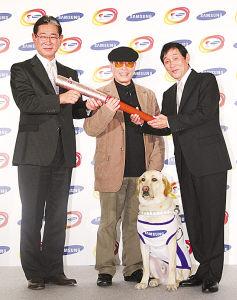 照片:仙波庆伸(中)和他的导盲犬。《每日新闻》供图
