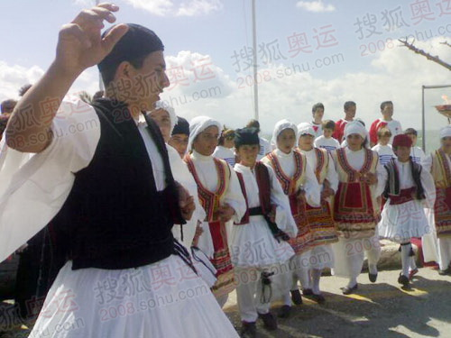 梅尼迪火炬欢迎仪式现场民族舞蹈