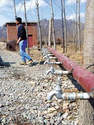 村民们现仍需要到备用井这儿来挑水喝。
