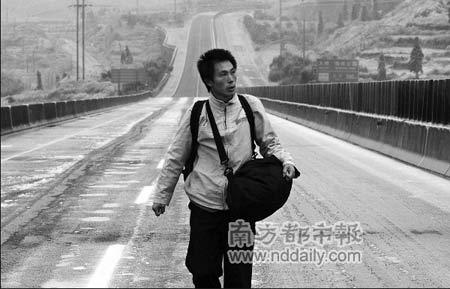 1月28日24岁的杜登勇听闻女友被困京珠高速得了感冒,即辞工从深圳出发寻女友。由于道路封闭,他在高速上步行了一个晚上。