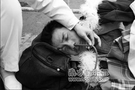 1月29日护士在火车站广场抢救一名晕倒的旅客。