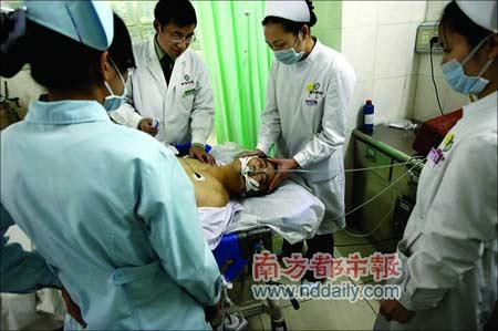 坠楼男子在医院急诊室接受治疗。范舟波 摄