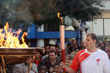 希腊前国家男排队员雅尼斯-巴苏卡斯注视燃烧的火