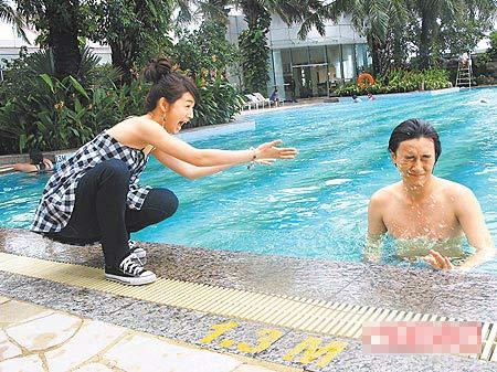 林依晨(左)虽没下水,也忍不住在池畔对着郑元畅泼水