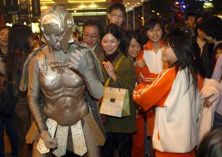 文化-73:台北街头行为艺术表演吸引市民