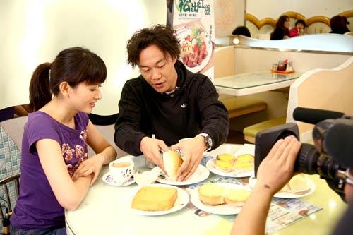 Eason推介心水的香港地道小吃 更亲身示范如何品尝菠萝包