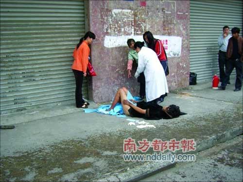 昨天上午10时许,在东莞长安镇厦岗社区入口处,一名流浪女子当街产