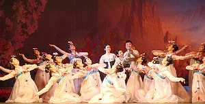 血海歌剧团派出了180人的阵容