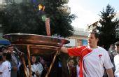 图文:北京奥运会圣火在希腊境内传递 点圣火盆