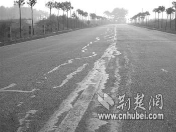 """""""补丁""""随处可见的刘大公路,正面临着彻底整改和修复"""