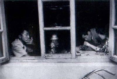 沈阳防爆器械厂破产后,厂长石永阶(左一)看着工人们领救济金,心里百感交集