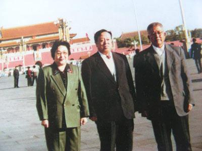 1998年,韩耀先(中)与石永阶(右)周桂英(左)在天安门前留影。这是沈阳市防爆器械厂破产后,三个人的首次合影