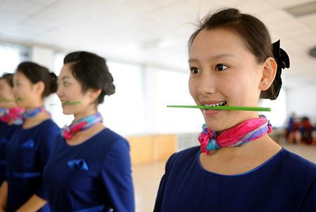 奥帆赛礼仪小姐形体训练严 咬筷子练微笑(组图) 1