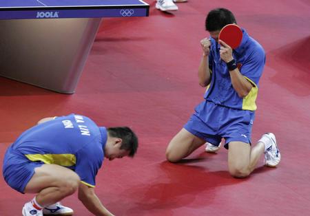 雅典奥运会乒乓球男双 马琳/陈玘获胜后激情庆祝