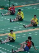 图文:羽毛球队晋江备战奥运会 训练后休息片刻