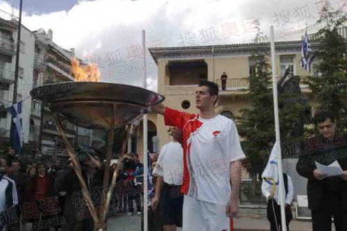 科扎尼市火炬手点燃圣火盆
