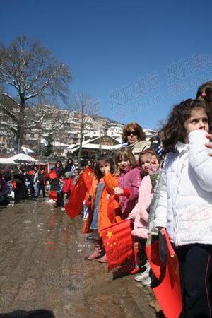 图文:圣火抵达山城迈措翁 希腊小朋友喜迎火炬