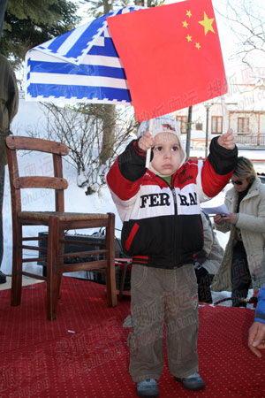 图文:圣火抵达山城迈措翁 希腊小朋友迎火炬1