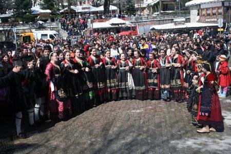 图文:圣火抵达山城迈措翁 跳民族舞蹈迎接圣火