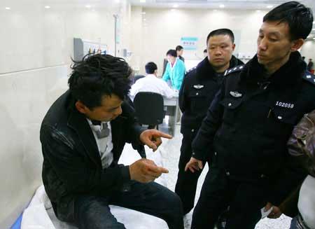 醉酒男子被民警送到医院 记者 张新宇 摄