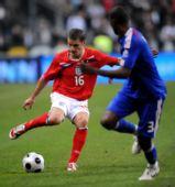 图文:[友谊赛]法国1-0英格兰 本特利护球