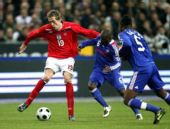 图文:[友谊赛]法国1-0英格兰 高佬一挑二