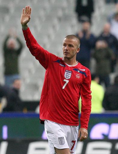 图文:[友谊赛]法国1-0英格兰 向球迷致意