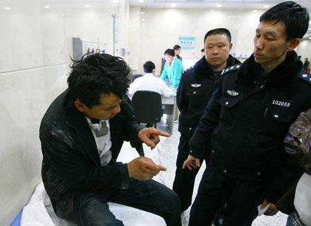 醉酒男子被民警送到医院