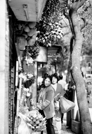 昨日,记者在光孝路看到,清明节前夕,卖祭祀品的档主纷纷摆出今年最时髦的商品供市民挑选,品种相当丰富。时报记者 郭柯堂 摄