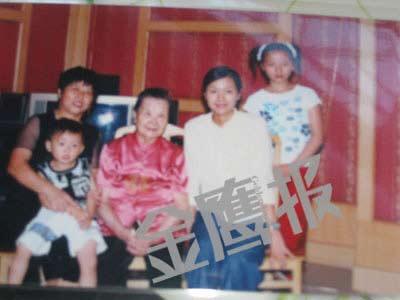 徐素芬带女儿到北京时与老徐及奶奶合影