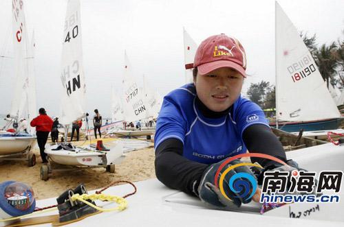 浙江代表队的帆船运动员范慧玉在赛前检查装备