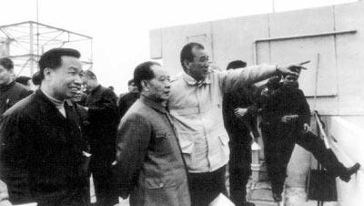 1983年袁庚陪同胡耀邦视察蛇口(胡耀邦右侧为袁庚)