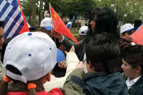 中国国旗成了孩子们的抢手货