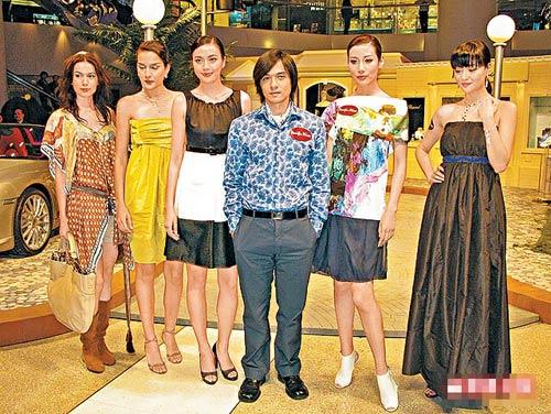 冯德伦(右三)站在五位高模特儿中间,明显矮了一截。