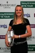 图文:2007年度WTA颁奖典礼 斯扎维手握奖杯