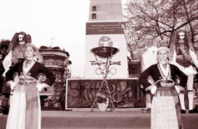 纳乌萨市的火炬手(后排右三)在城市庆典中展示火炬。新华社/图