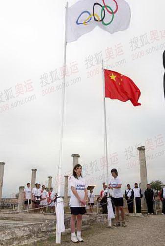古城遗址高高飘扬的五环旗和中国国旗