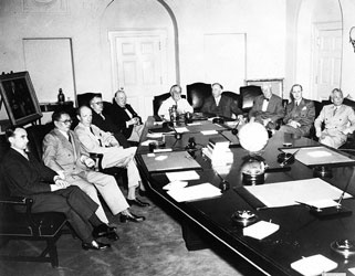 宋子文(左二)出席太平洋会议 本版图片由复旦大学提供